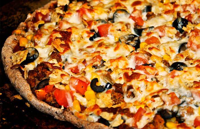 Пицца с индейкой, кукурузой и фасолью
