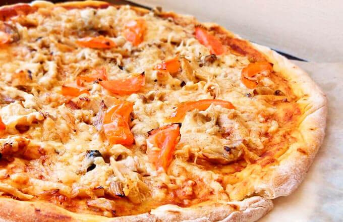 Пицца с курицей, овощами и сыром