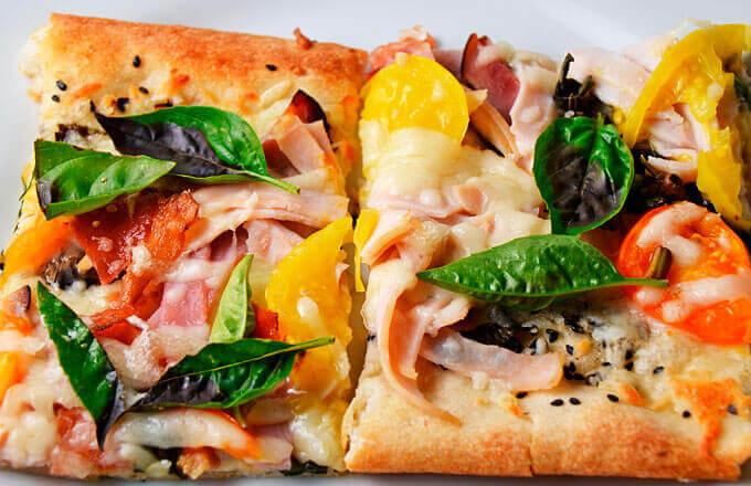 Пицца по-тоскански с индейкой и грейпфрутом