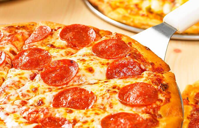 Пицца с чесночной колбасой